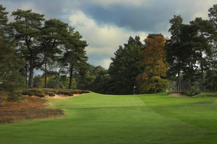 The approach to the 14th at The Berkshire Golf Club Blue.
