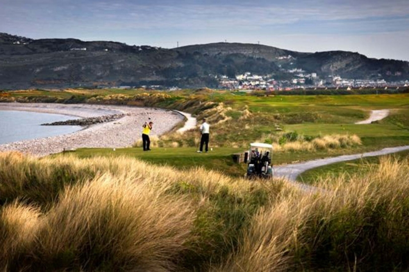 The 9th hole by the irish Sea at North Wales Golf Club.