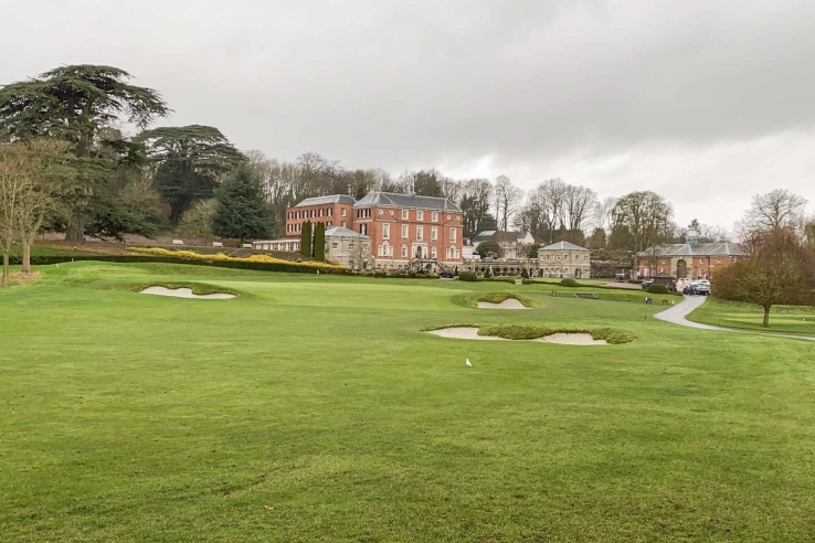 The 18th green and clubhouse at Royal Automobile Club.